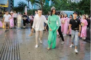 Mặc áo dài đi chân trần giữa trời mưa, H'Hen Niê khiến fan thích thú