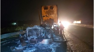 Sau tiếng nổ lớn, xe đầu kéo cháy rụi trên cao tốc TP.HCM - Trung Lương