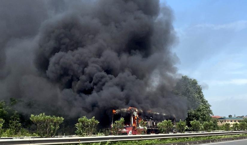11 người suýt chết khi xe giường nằm bốc cháy trên cao tốc Nội Bài - Lào Cai