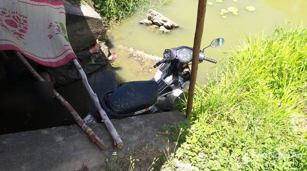 Thi thể người đàn ông dưới chân cầu cùng chiếc xe máy
