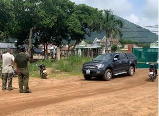 Người đàn ông lái ô tô bán tải tông thẳng vào lực lượng công an
