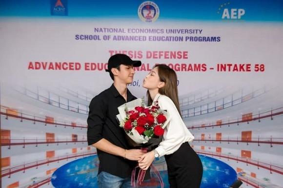 Phương Nga xuất sắc trong buổi bảo vệ luận văn tốt nghiệp, Bình An có hành động chúc mừng gây sốt