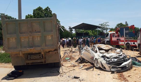 Bắt giam tài xế xe 'hổ vồ' lật đè ô tô bẹp dúm khiến 3 người tử vong ở Thanh Hóa
