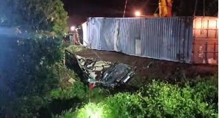 Tài xế container đè bẹp xe limousine làm 3 người chết ra đầu thú