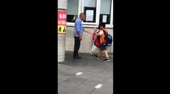 Bác bảo vệ đập tay, chào từng học sinh trước cổng trường gây sốt mạng xã hội