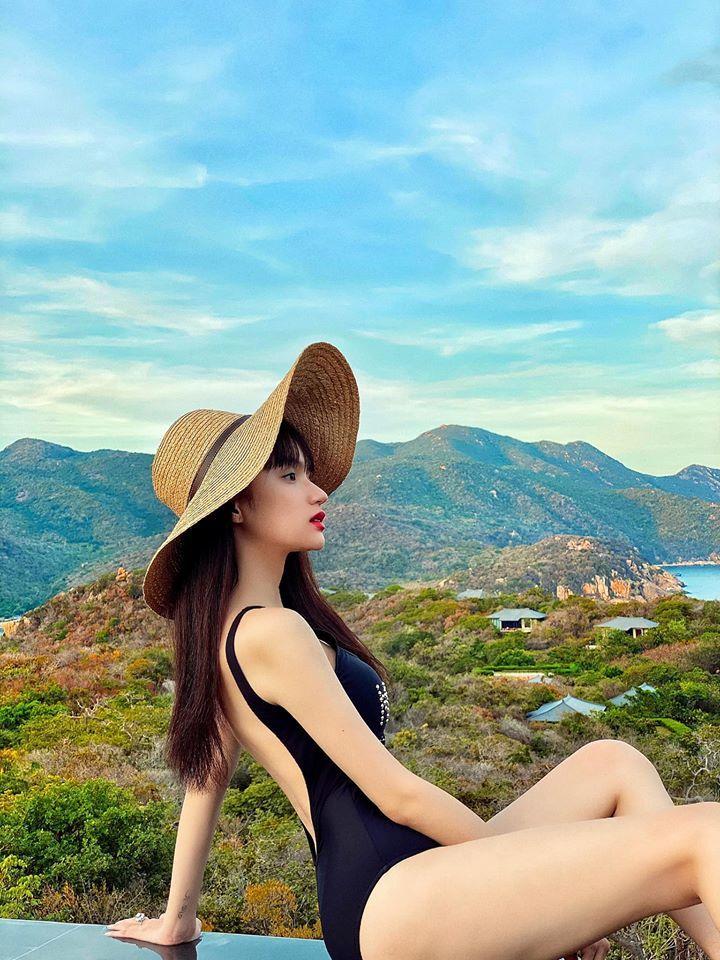 Hoa hậu Hương Giang diện bikini khoe đường cong bỏng mắt