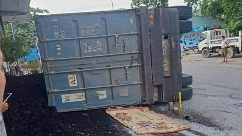 Container chở than lật đè xe máy khiến 2 mẹ con tử vong