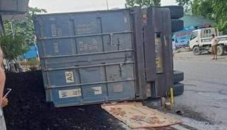 Tin tức tai nạn giao thông ngày 21/6: Xe đầu lật đè xe máy, 2 mẹ con tử vong