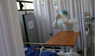 Bệnh nhân Covid-19 qua đời vì người nhà rút điện máy thở để... cắm điều hòa
