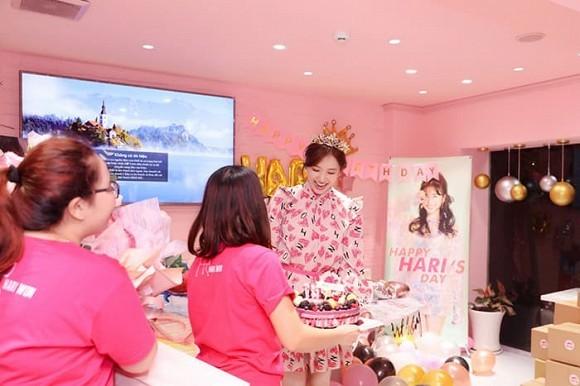 Hari Won xúc động khi bất ngờ được fan tổ chức sinh nhật hoành tráng