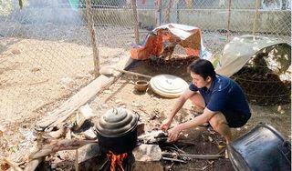Phan Mạnh Quỳnh gây sốt với hình ảnh về quê bạn gái, xắn tay vào bếp đun nước, làm gà