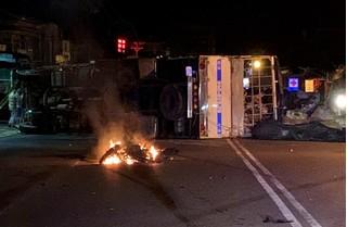 Tai nạn liên hoàn trên QL20: Xe tải bẹp dúm, xe máy cháy rụi