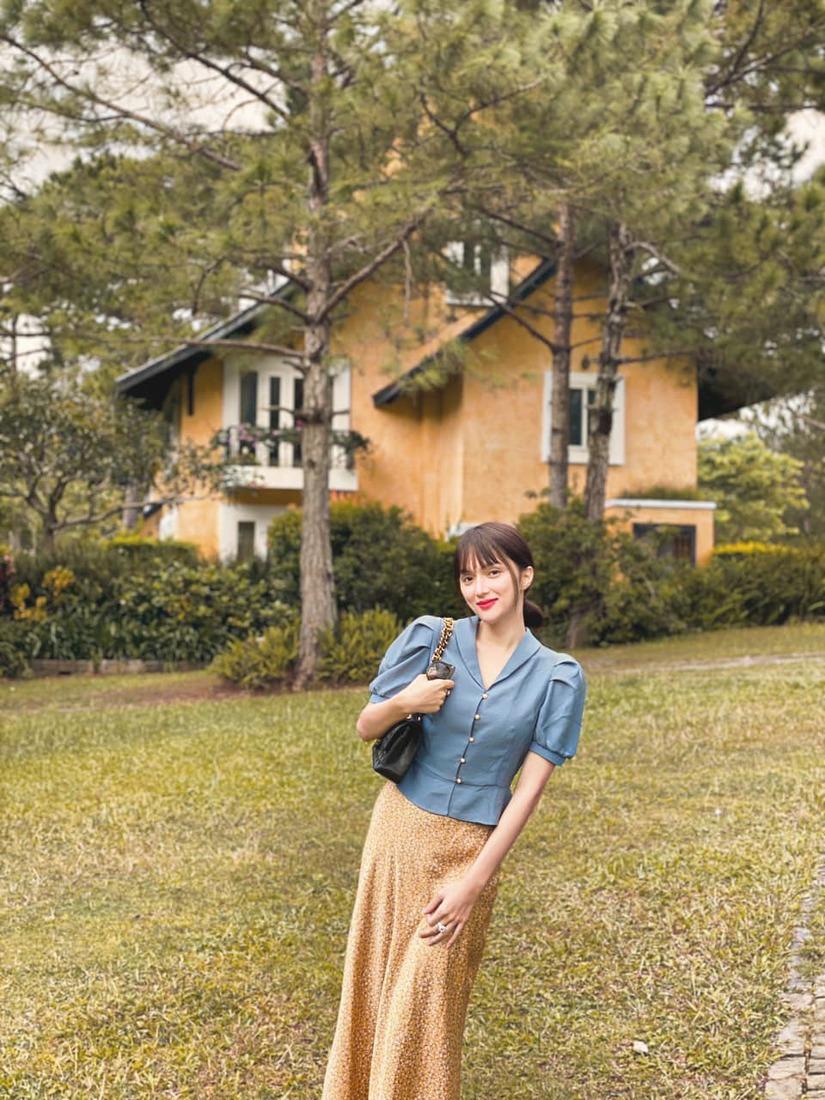 Ê-kip 'cây nhà lá vườn' của Hương Giang: Hòa Minzy thiết kế váy áo, Đức Phúc làm thợ ảnh có tâm