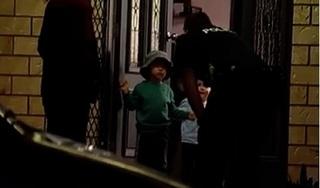 'Thót tim' nhìn cảnh cậu bé 3 tuổi lái xe đâm sập nhà hàng xóm
