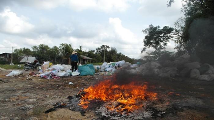 Dập đống rác gần nhà, cụ bà bị lửa bén tử vong