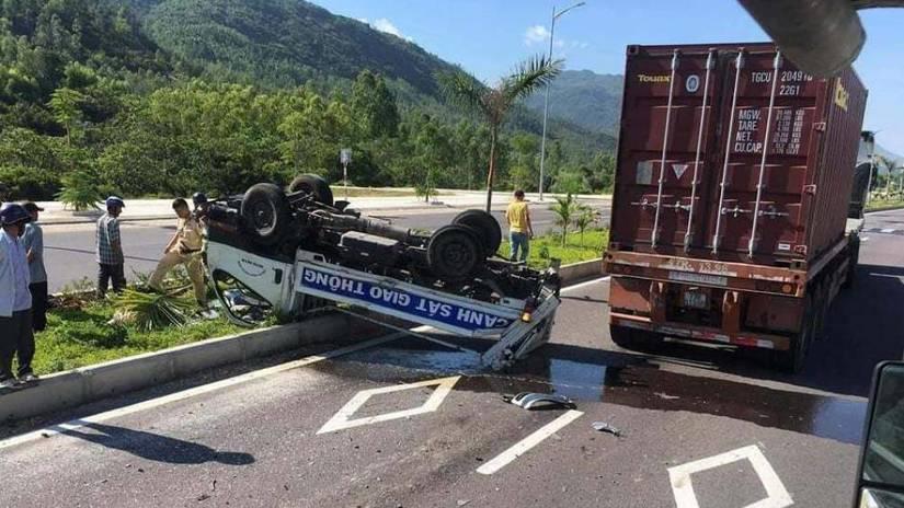 Xe CSGT lật ngửa sau va chạm với xe đầu kéo, 2 chiến sĩ nhập viện