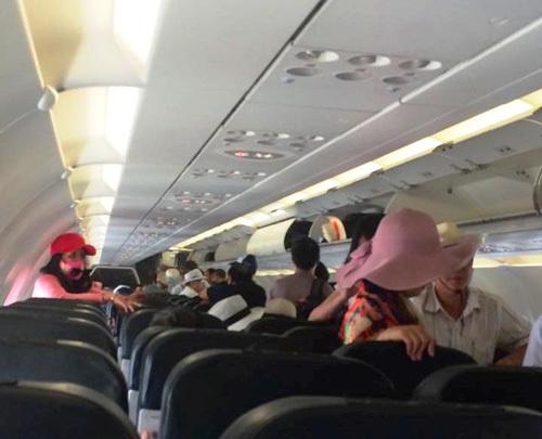 Nữ hành khách ném điện thoại vào tiếp viên, to tiếng với người khác