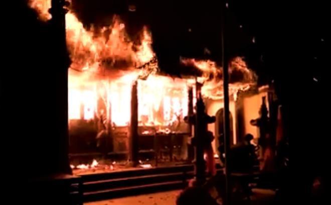 Hà Nội: Cháy lớn ở đền Tam Quan Lâm Du, khói đen bao phủ khu vực