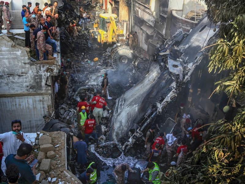 Vụ máy bay rơi 97 người chết ở Pakistan: Nguyên nhân phi công mải bàn về Covid-19