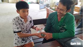 Cậu học sinh nghèo lớp 5 trả lại gần 70 triệu đồng cho người đánh rơi