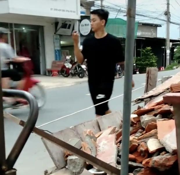 Xôn xao hình ảnh nghi vấn Hoài Lâm đi bán cafe vỉa hè kiếm tiền mưu sinh ở quê