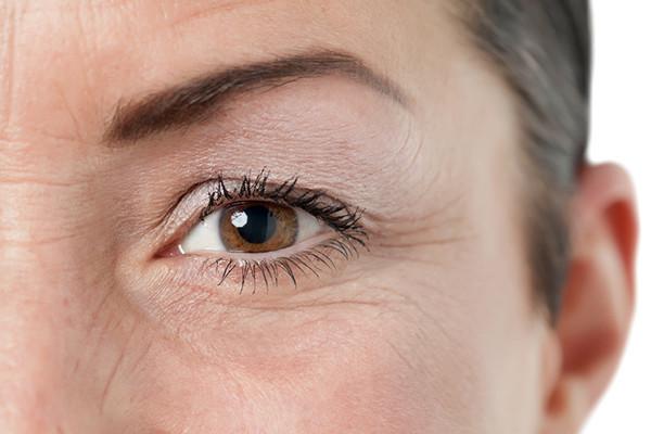Tác hại không ngờ của việc dụi mắt thường xuyên