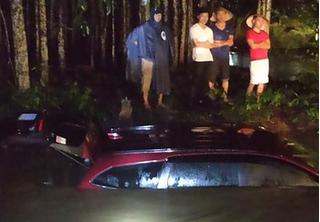 Mưa lớn cuốn trôi cùng lúc 2 xe ô tô xuống suối, 13 người mắc kẹt