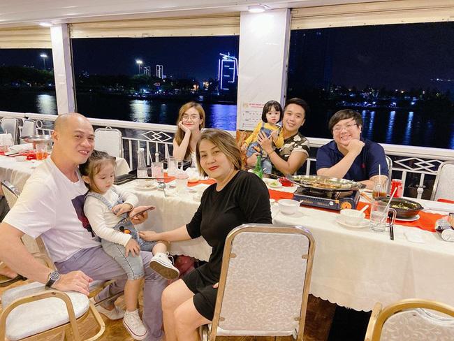 Bảo Ngọc vui vẻ đi ăn cùng 2 con gái và gia đình giữa thông tin Hoài Lâm bán cafe kiếm sống