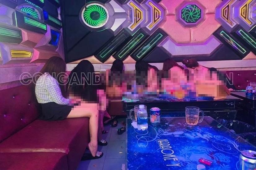 Đột kích quán karaoke, phát hiện hàng loạt tiếp viên thoát y phục vụ khách