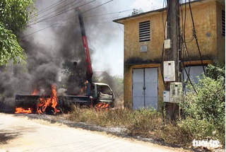 Xe cẩu vướng dây điện, tài xế chết cháy thương tâm trong cabin