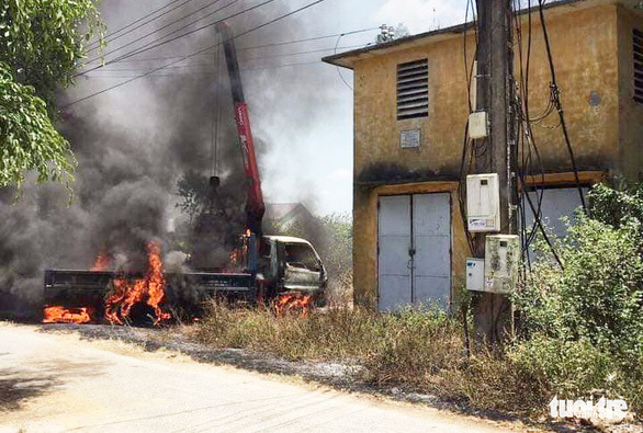 Tài xế chết cháy thương tâm trong cabin xe cẩu vướng dây điện