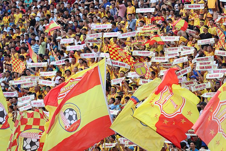 CĐV Nam Định kêu gọi 10.000 chữ ký, treo còi vĩnh viễn trọng tài mắc sai sót ở vòng 6 V.League