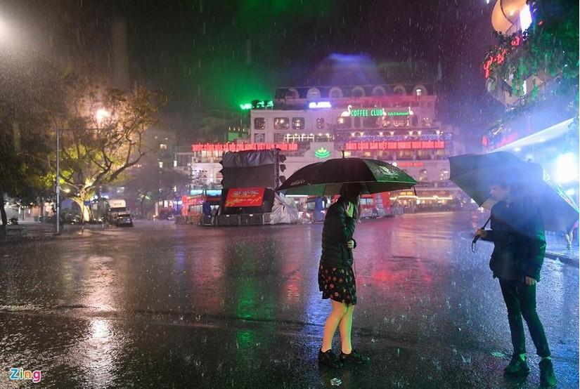 Cơn mưa vàng thứ 2 tại Hà Nội chấm dứt đợt nắng kỷ lục