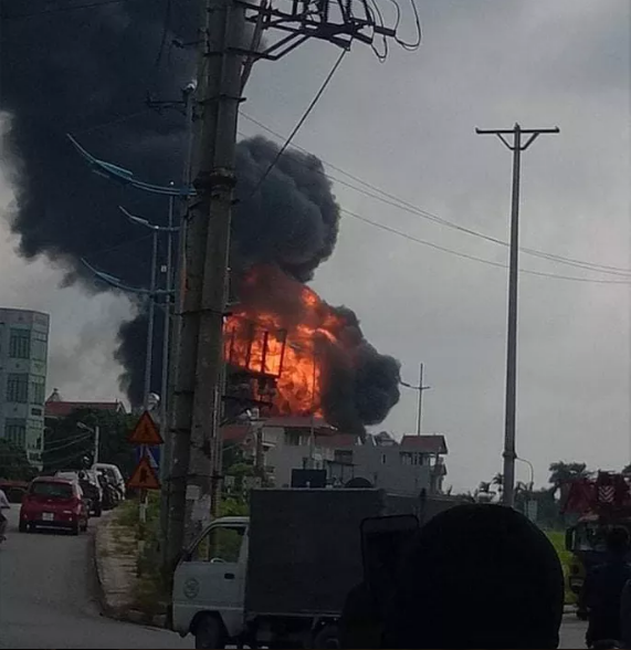 Cháy lớn tại kho hóa chất, cột khói đen bốc cao hàng chục mét kèm tiếng nổ