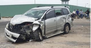 Xe con nát đầu sau va chạm với xe tải, 2 người phụ nữ bị thương