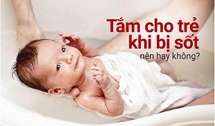 Tắm cho trẻ khi bị sốt: nên hay không?