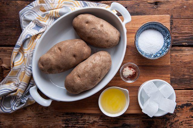 Mẹ đảm trổ tài làm khoai tây chiên giòn thơm, vàng ruộm