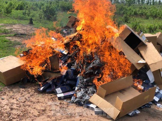 Vụ hai CSGT bị tông trọng thương: Tiêu hủy hàng chục ngàn bao thuốc lá lậu