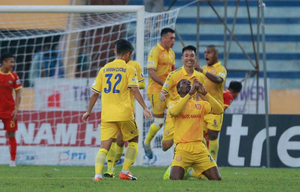 HLV SLNA nói gì khi đội nhà để thua đậm Nam Định ở vòng 7?