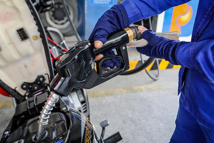 Giá xăng dầu hôm nay 1/7: Lao dốc do diễn biến Covid-19 phức tạp