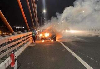 Đang chạy trên cao tốc, xe Mercedes bất ngờ bốc cháy trơ khung