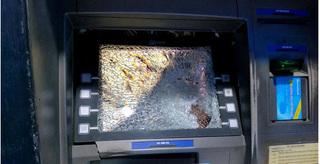 Bị nuốt thẻ, thanh niên say xỉn vác búa đập cây ATM
