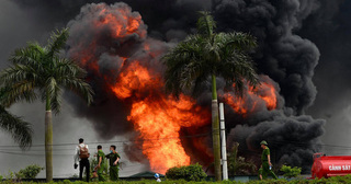 Vụ cháy kho hàng ở Long Biên: Hóa chất bị cháy có thể gây tổn thương não và thị giác