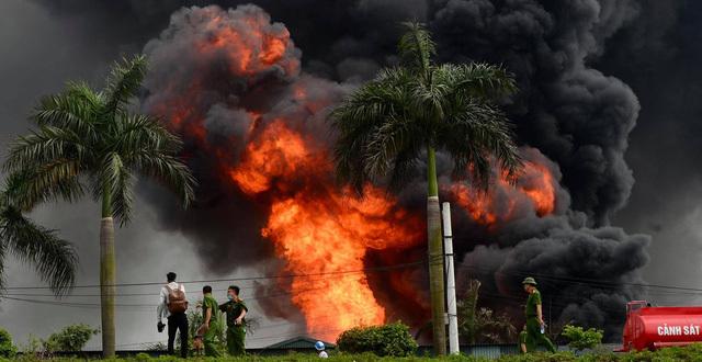 Vụ cháy kho hàng ở Long Biên, hóa chất bị cháy có thể gây tổn thương não và thị giác