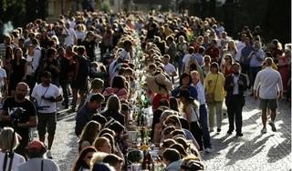 Mừng hết cách ly Covid-19, người dân Séc mở tiệc bằng bàn ăn gần 500m