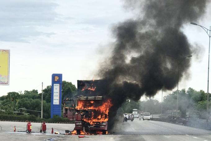 Container cháy ngùn ngụt cạnh cây xăng, cột khói cao hơn 20m