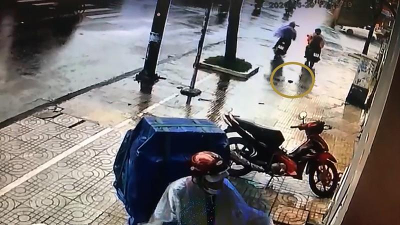 Đi trộm xe nhưng đánh rơi ví, nam thanh niên vui vẻ quay lại nhận