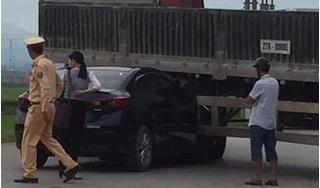 Tình huống xe Mazda3 bị kẹp dưới gầm xe đầu kéo, ai là người có lỗi?