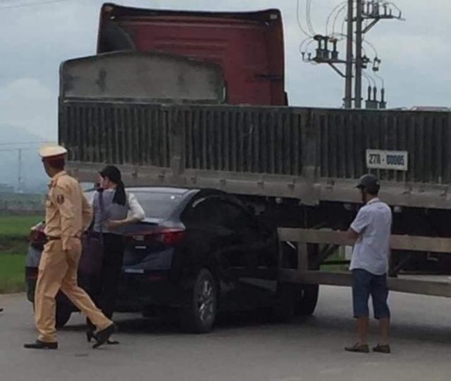 Tình huống xe Mazda3 bị kẹp dưới gầm xe đầu kéo, ai là người có lỗi