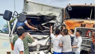 Xe tải tông xe đầu kéo, tài xế bị thương nặng mắc kẹt trong cabin